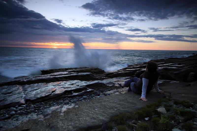 zelfde foto, wederom zit ik weer in de weg: de zonondergang bij Punaikaiki, met golven die breken op de rotsen.